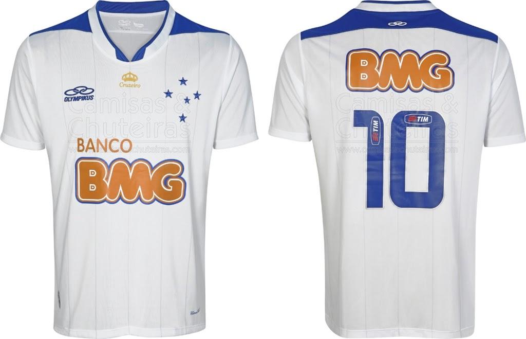 ... detalhe em V. As finas listras presentes no corpo da camisa fazem  menção ao uniforme reserva que o clube utilizou na conquista da  Libertadores de 1997. fd32c004858be