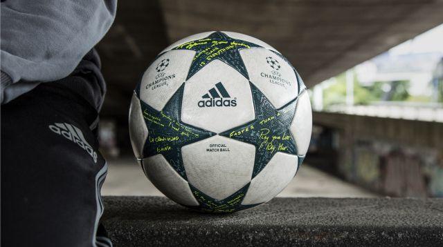 1f1fce68c8 A bola traz painéis brancos preenchidos com estrelas verdes e é baseado no  design do logo da UEFA Champions League. As estrelas trazem uma textura no  ...