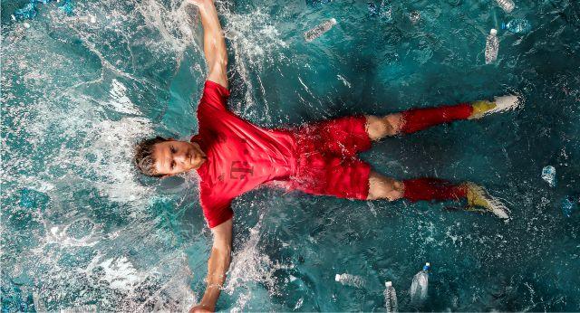 9b9baa0768 ... os primeiros produtos de performance criados com plástico retirados do  oceano – as camisas de futebol dos clubes líderes Bayern de Munique e Real  Madrid ...