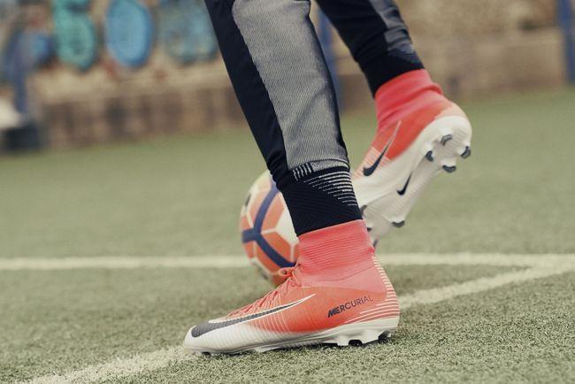 Todos os quatro silos de futebol da Nike estão representados na coleção nas  versões para futebol de campo, salão e society.